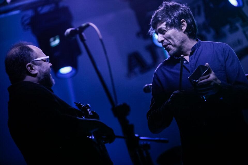 Carlos 'Chato' Rivas y Mario Duarte en el lanzamiento del EP 'Árbol Torcido' de La Derecha. Foto: Jhon Paz
